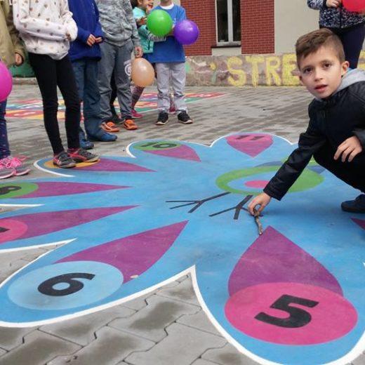 dzieci bawiące się w gry podwórkowe